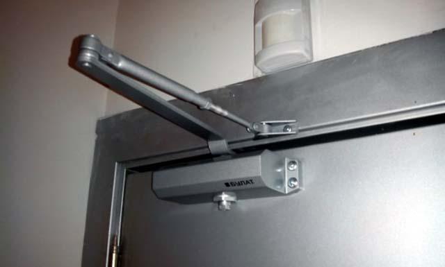 Какой доводчик выбрать для металлической двери